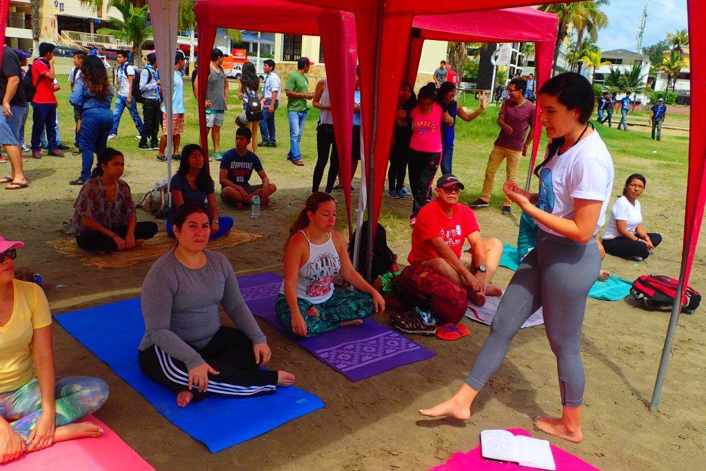 Clase de yoga antes de comenzar la minga