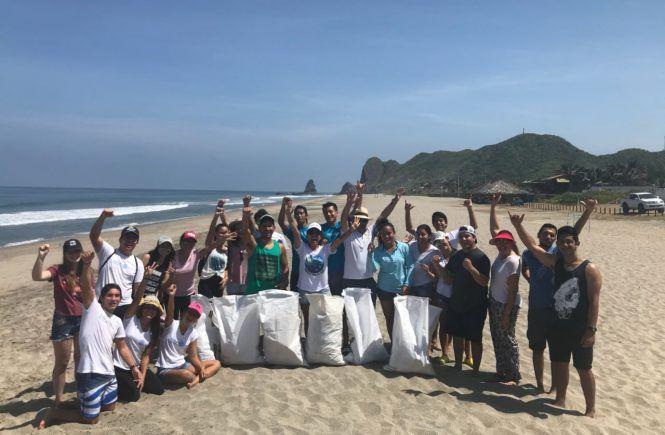 Mingas por el Mar junto a los voluntarios de la Universidad ULEAM.