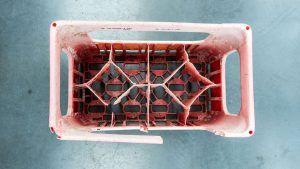 Caja encontrada en la Gran Mancha de Basura del Pacífico. Foto de The Ocean Cleanup