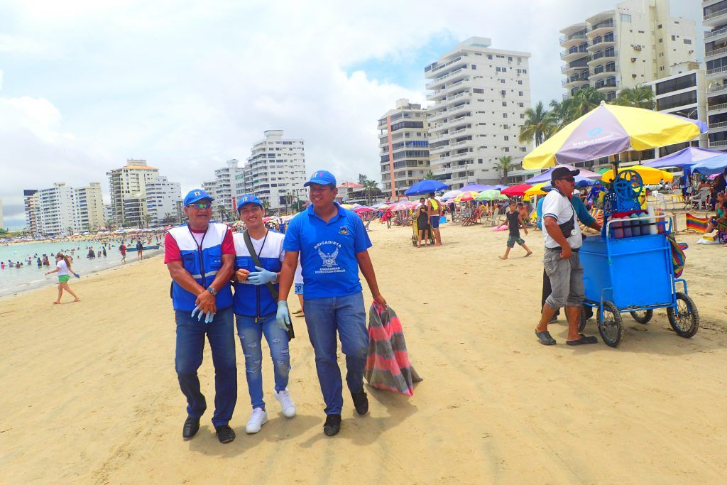Voluntarios en Mingas por el Mar